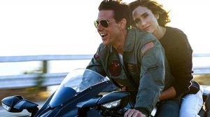 tom cruise en moto en top gun maverick con jennifer connelly