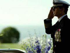 foto de tom cruise en top gun maverick en uniforme de piloto