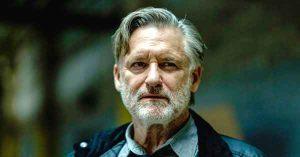 foto de bill pullman como detective en la serie the sinner para ver en Netflix